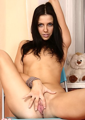 Naked Teen Shaved Pussy Porn Pictures